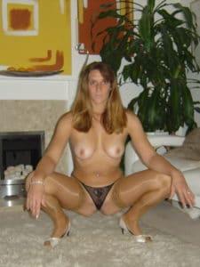 Femme blonde exhibe pour photo érotique avec un puceau